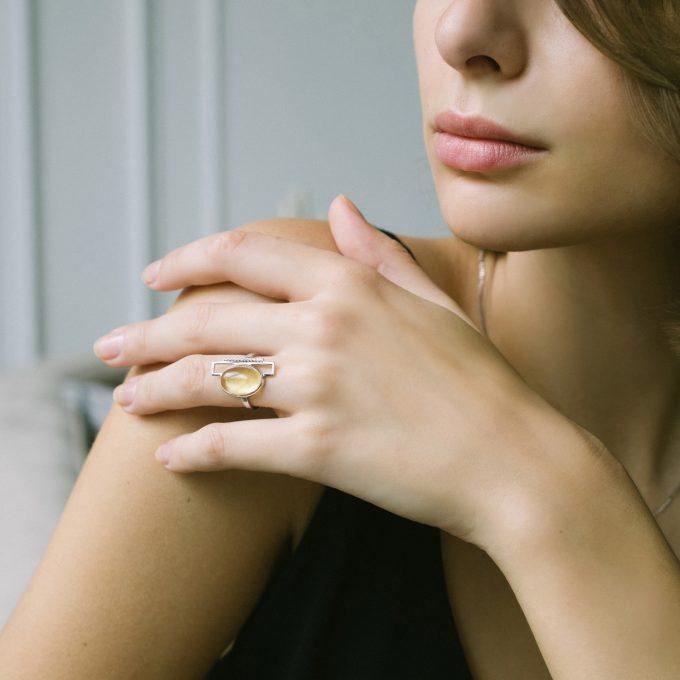 Серебряное кольцо с овальным янтарём