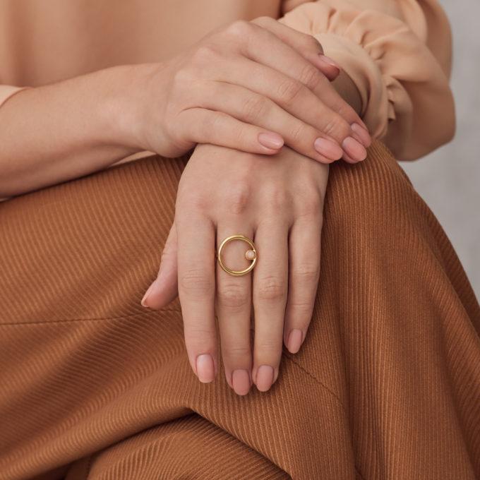 Круглое кольцо Roma из покрытого золотом серебра с розовым лунным камнем